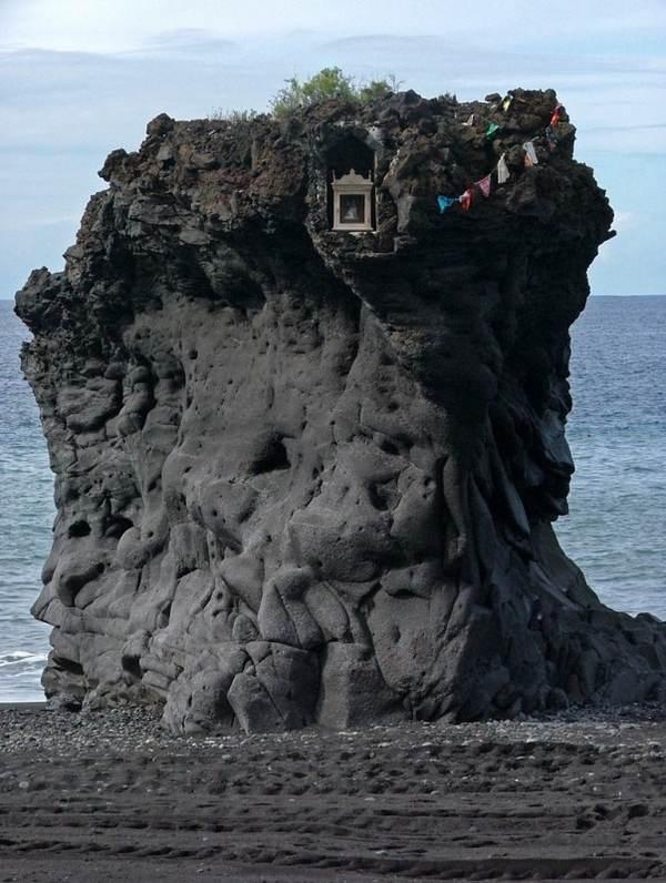 Прямо на пляже последствия вулканического извержения