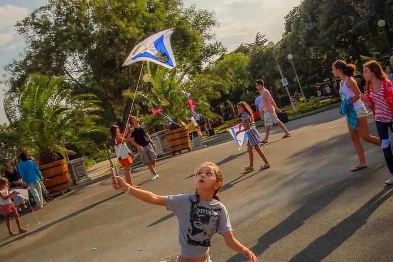 Детская площадка с развлечениями в приморском парке