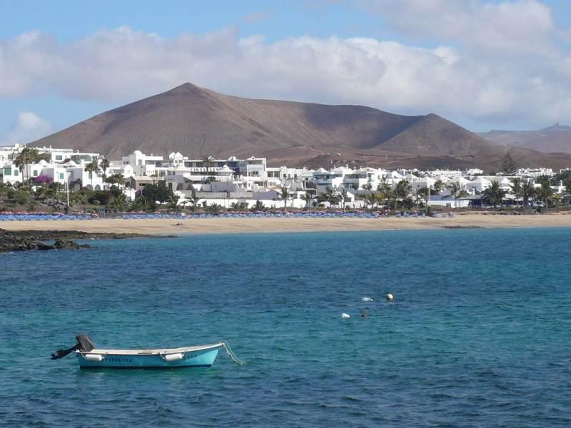 Вид с океана на пляж Las Chucharas и город