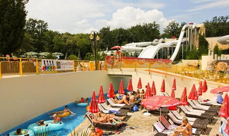 Территория для отдыха и загара в аквапарке