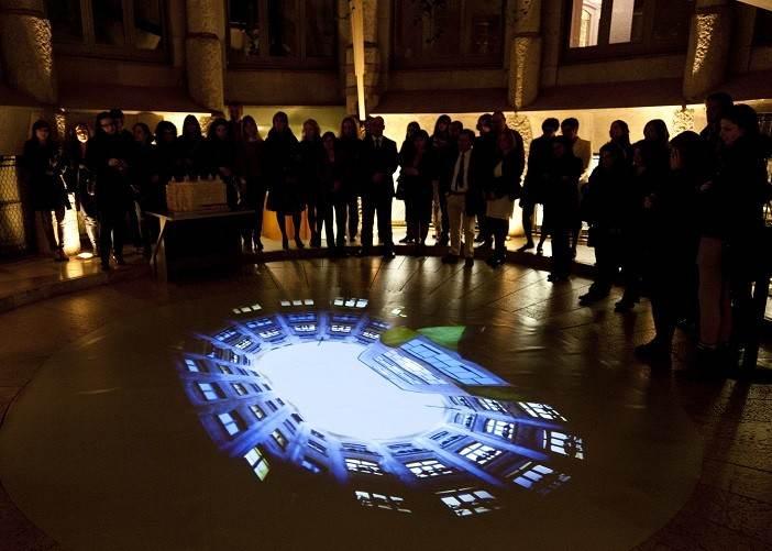 Ночное и дневное посещение Casa Mila отличается подсветкой и показами видео материалов