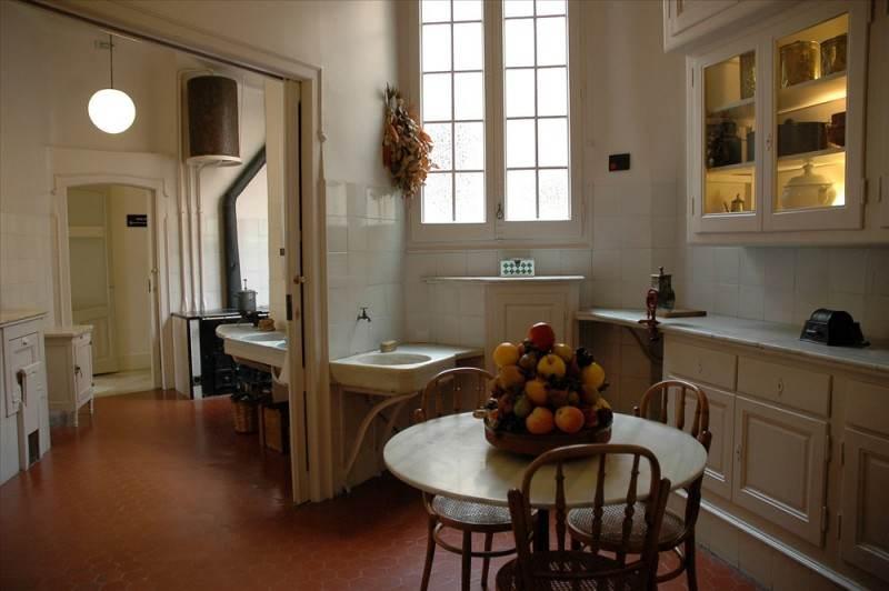 На последнем этаже представлена квартира с мебелью и другими принадлежностями обихода 100 летней давности.