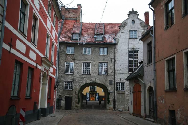 Шведские ворота, а чуть левее немного виден белый фасад узкого дома палача