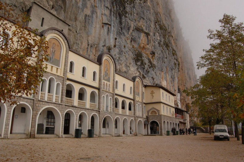 Монастырь осенью