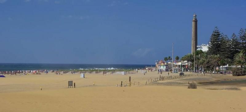 Маяк со стороны пляжа