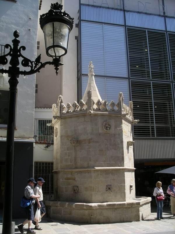 Готический фонтан Сан-Хуан