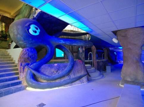 Вот так аквапарк выглядит изнутри