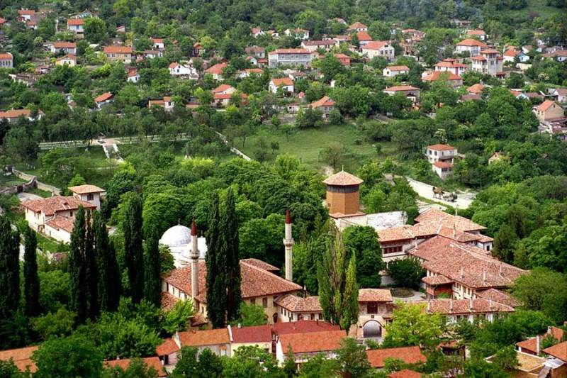 Бахчисарай - город, утопающий в зелени