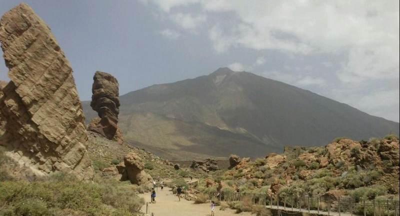 Лунный пейзаж с видом на вулкан Тейде