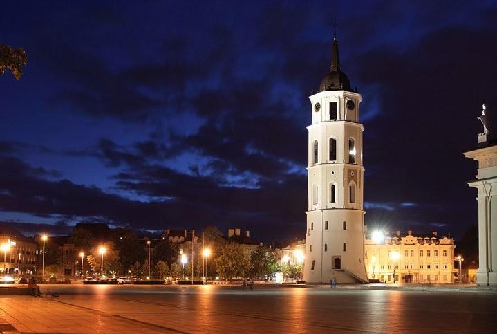 Площадь у Кафедрального собора в вечернее время