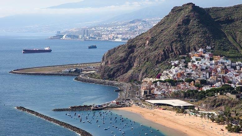 Вид на горы и город с высоты птичьего полёта