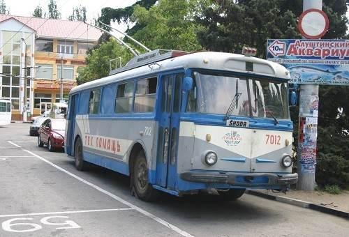 Остановка автобусов рядом с аквариумом