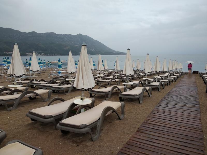 Пляж во время дождя в июне