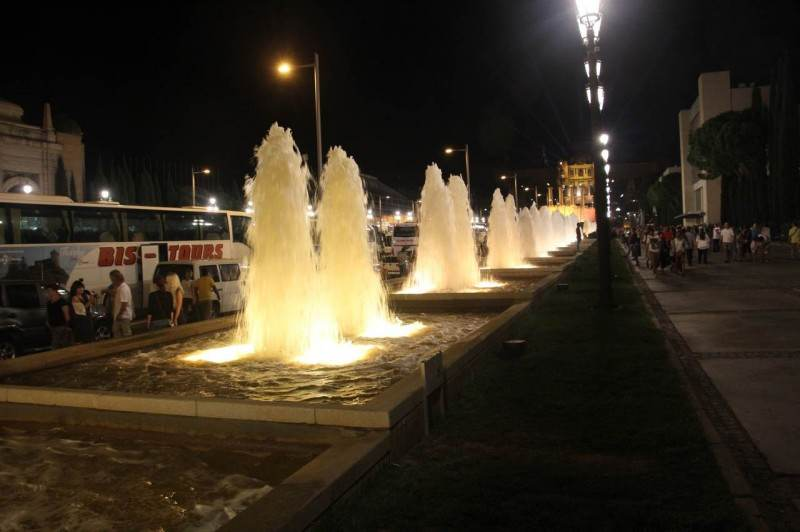 Аллея от площади Испании до фонтана усеяна туристическими автобусами