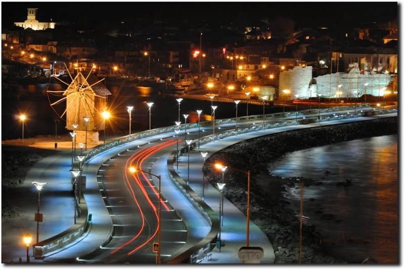 Дорога в старый город Несебар ночью