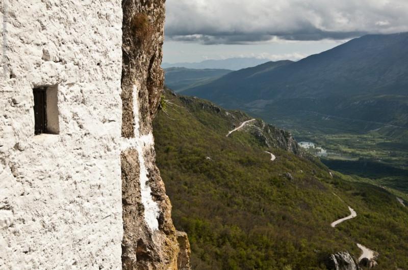 Открывающийся пейзаж Черногории с монастыря