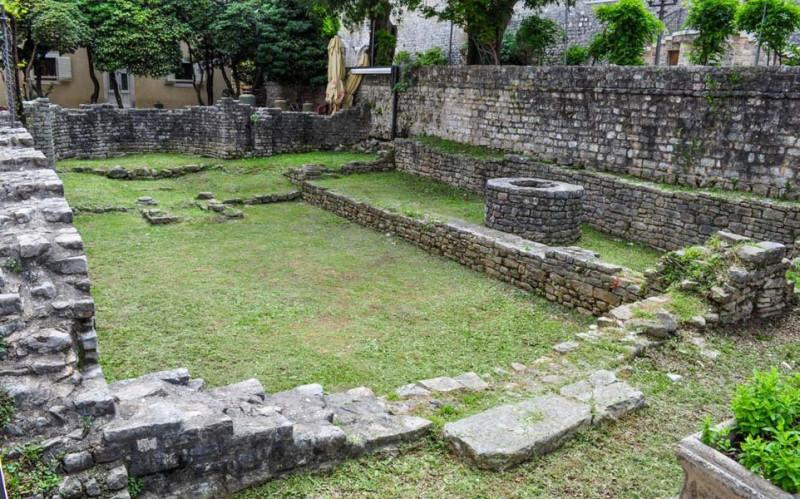 Руины христианской базилики. Храмовая пощадь