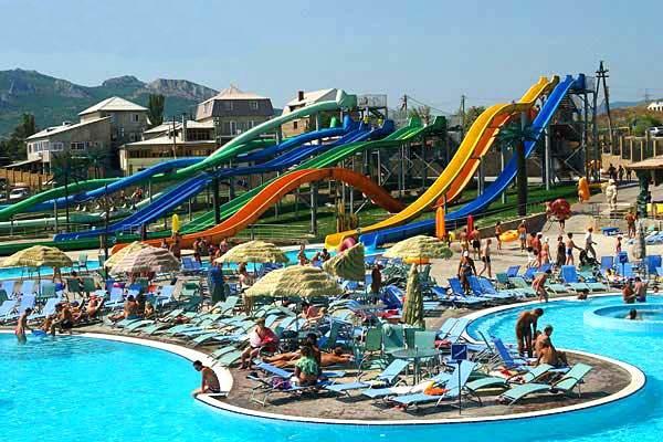 Горки аквапарка для взрослых и детей постарше