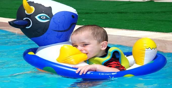 Малыши в аквапарке