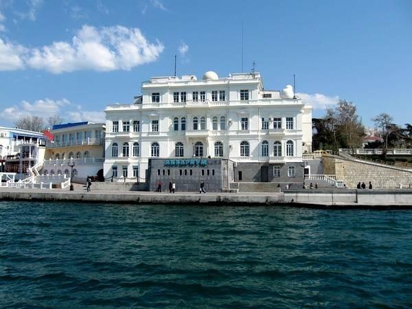 Фасад здания аквариума-музея в Севастополе