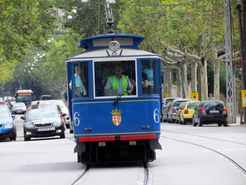 Голубой трамвайчик, на котором можно доехать до фуникулера