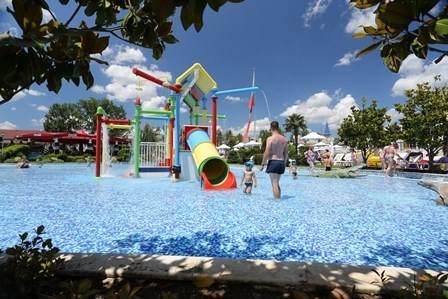 Детский бассейн с развлечениями в аквапарке