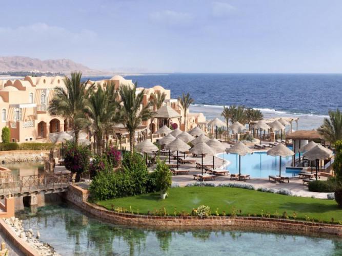 Территория отеля Radisson c видом на море