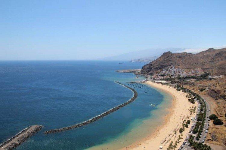 Вид на пляж Лас Тереситас со скалы