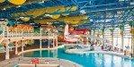 Крытый бассейн с развлечениями на территории аквапарка