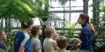 Во время экскурсии по оранжерее