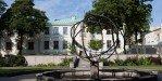 Внутренний дворик музея часов и солнечные часы
