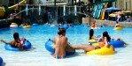 Отдыхающие в аквапарке
