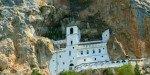 Вид на монастырь в скале