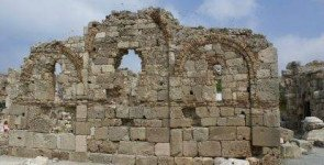 Руины древнего дворца епископа и базилика