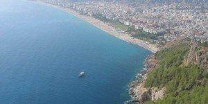 Пляж клеопатры. Тут открывается вид на Аланию с другой стороны от крепости