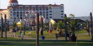 Парк перед отелем Riu Helios Bay
