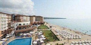 Вид отеля и пляжа сверху