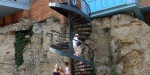 Винтовая лестница по пути к фонтану
