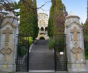 Вход в дворик церкви