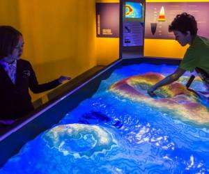 В музее можно экспериментровать и самим изменить ландшафт Земли
