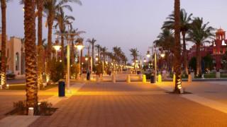 Пешеходная улица курорта в вечернее время