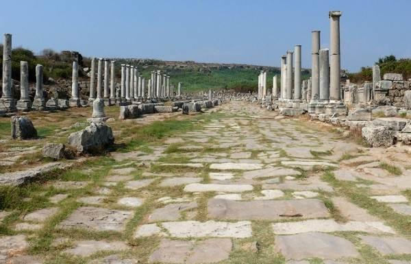 Древний колонный проспект