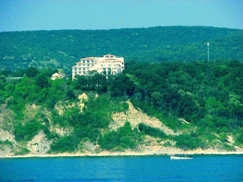 Отель на скалах