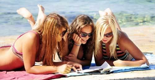 Девушки на пляже в Болгарии