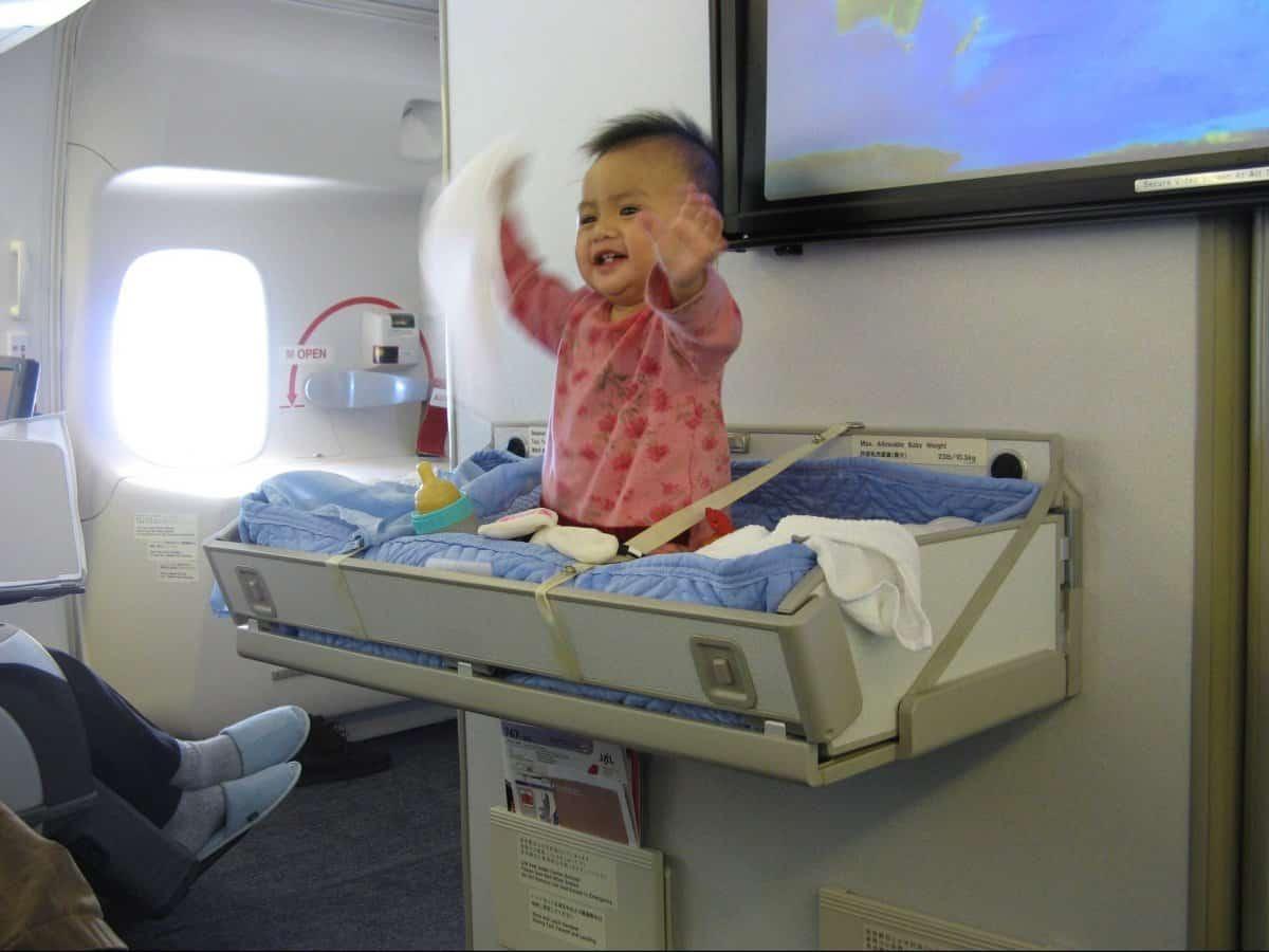 Детские кроватки на борту самолета