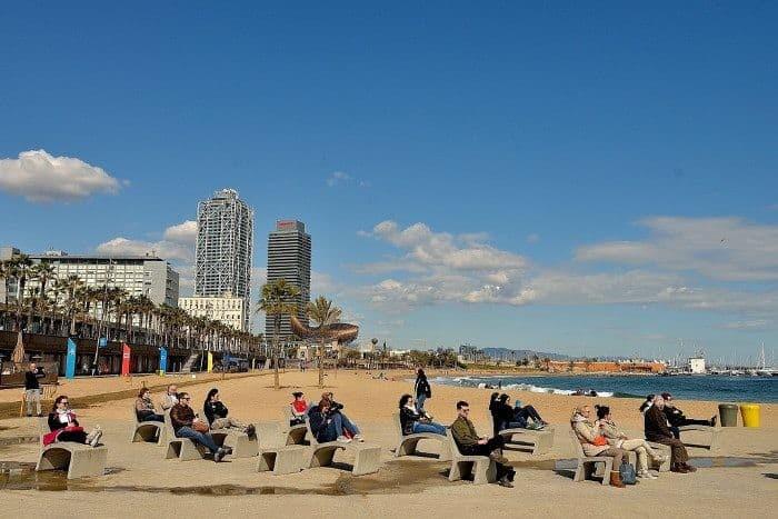 Набережная и пляж Барселоны в марте