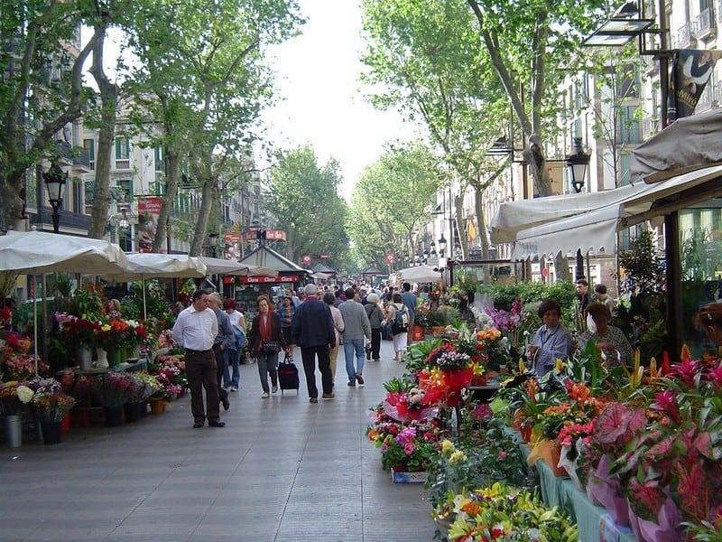 Изобилие цветов на бульваре Рамбла не только на 8 марта