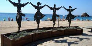 Скульптура возле пляжа