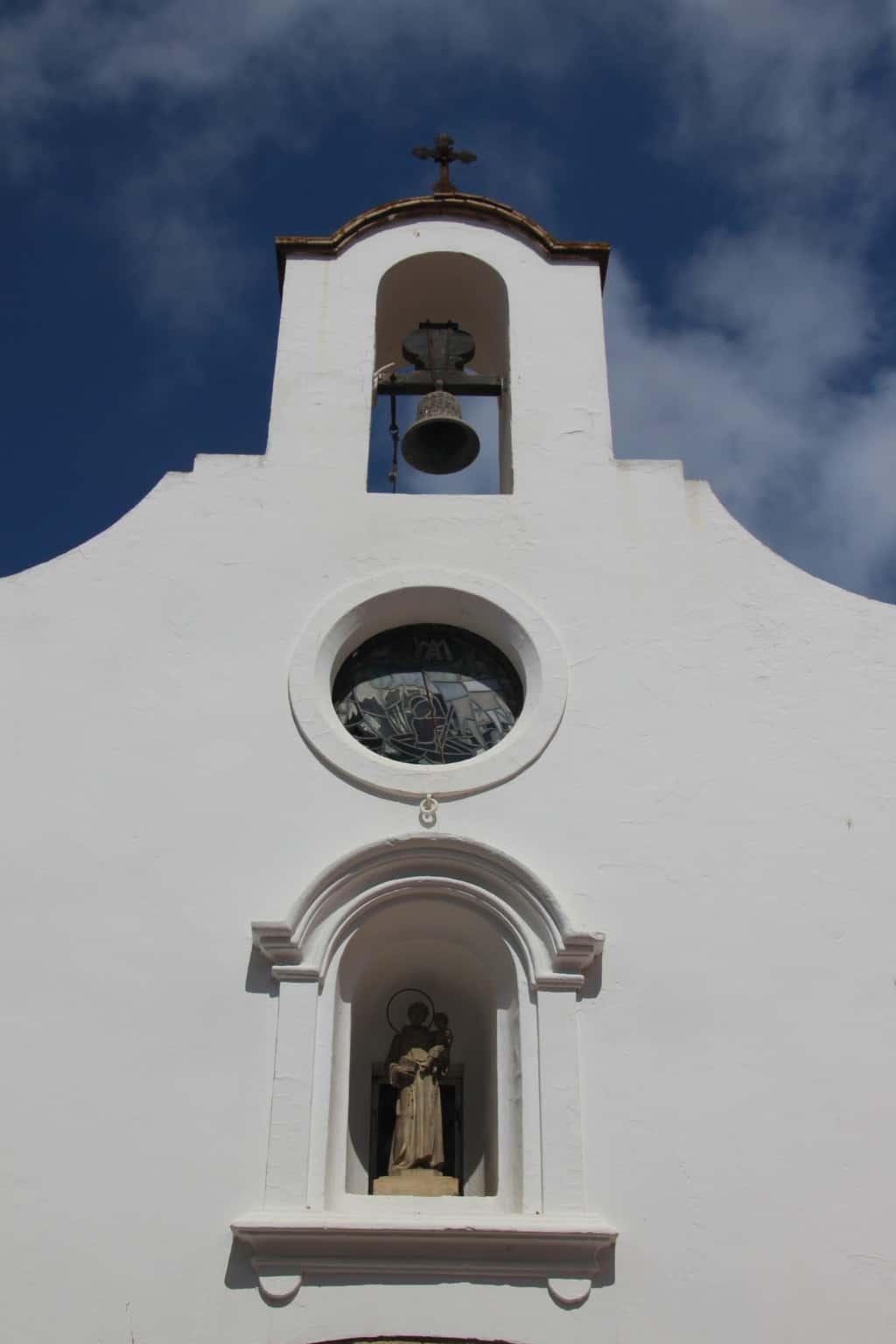 Колокол и фасад храма