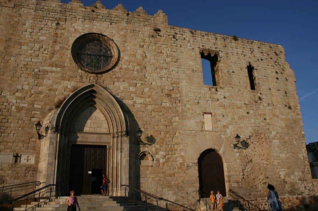 Оставшиеся стены дворца и церковь